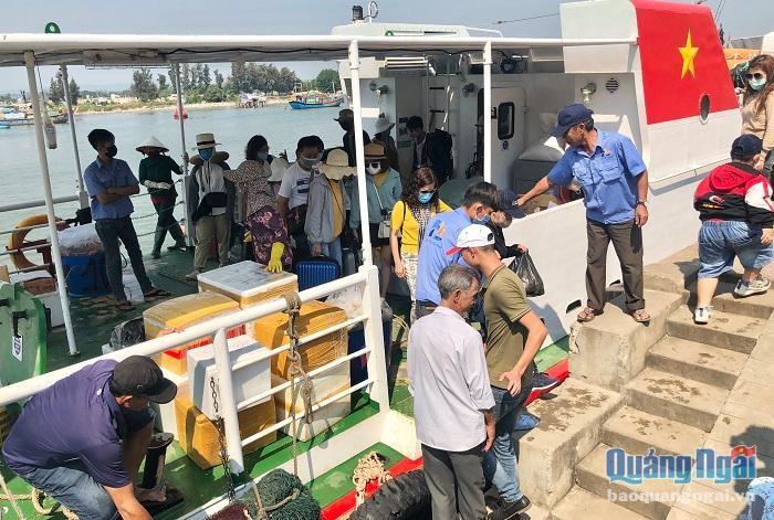 Gấp rút đưa hơn 2.000 du khách rời đảo Lý Sơn ảnh 1