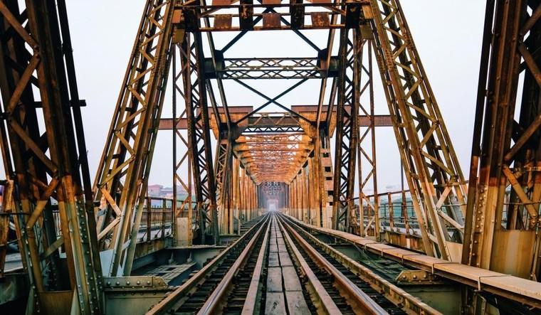 Cầu Long Biên bắc qua sông nào?