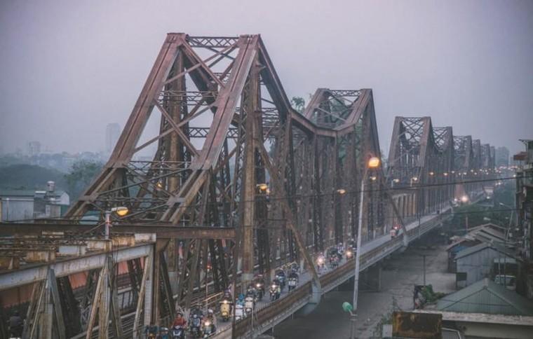 Cầu Long Biên nằm ở đâu?