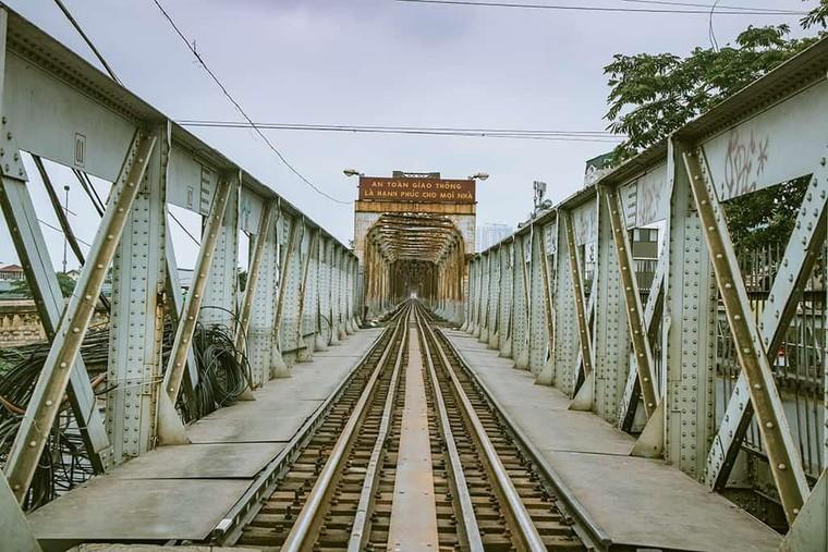 Cầu Long Biên được đổi tên vào năm nào?