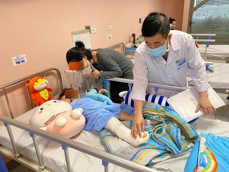 Bé gái ngã từ tầng 12A của chung cư ở Hà Nội dự kiến ra viện ngày mai ảnh 1