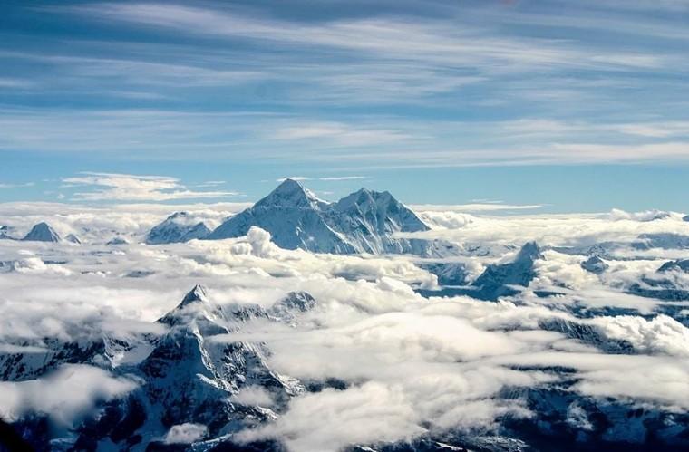 Để leo lên đỉnh Everest, các nhà leo núi có thể đi theo mấy đường chính?