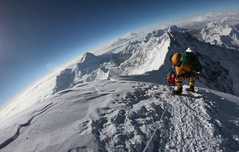 Đỉnh núi Đỉnh Everest thuộc dãy núi nào sau đây?