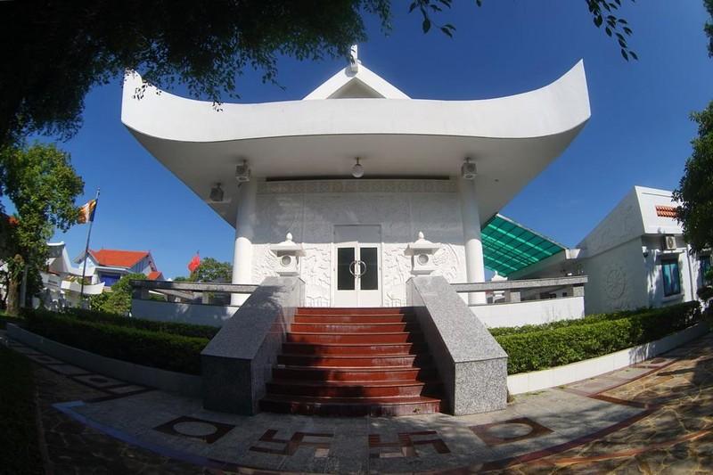 Chùa có bốn lối lên ở bốn mặt biểu tượng cho Tứ Vô Lượng Tâm: Từ, Bi, Hỷ, Xả của đạo Phật. Phía trên lối đi có bóng đèn tròn biểu tượng cho cái tâm viên giác của các vị Phật Tổ ở bốn phương, tám hướng soi đường cho các nhân sanh bước đi đến chỗ an vui, hạnh phúc.