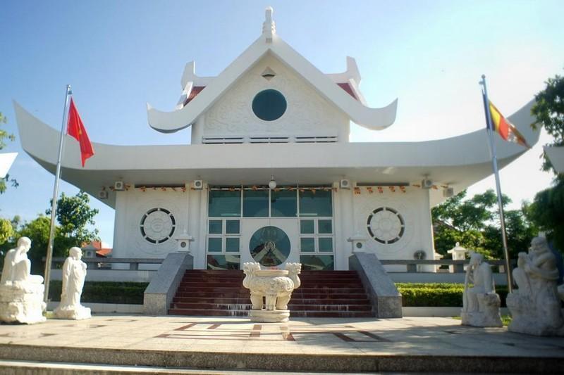 Cửa chính của chùa có hình vuông biểu tượng cho Đất, trong là hình tròn biểu tượng cho Trời, ở giữa là tay nắm tròn biểu tượng cái tâm trống Không của Người, ngụ ý rằng làng Lý Hòa là sự hòa hiệp của Thiên, Địa, Nhân.