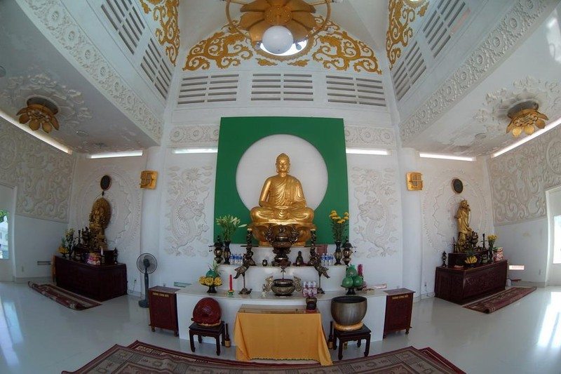 Các gian thờ trong chùa được bài trí trang nhã và tôn nghiêm.