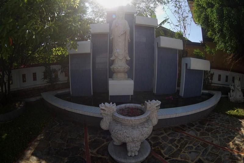 Ngoài chùa chính, trong khuôn viên chùa Vĩnh Phước còn có đài Quan thế âm, đài A di đà, nhà bia, nhà đặt chuông, tượng La Hán… là các tiểu cảnh được bài trí hài hòa với kiến trúc tổng thể của ngôi chùa.