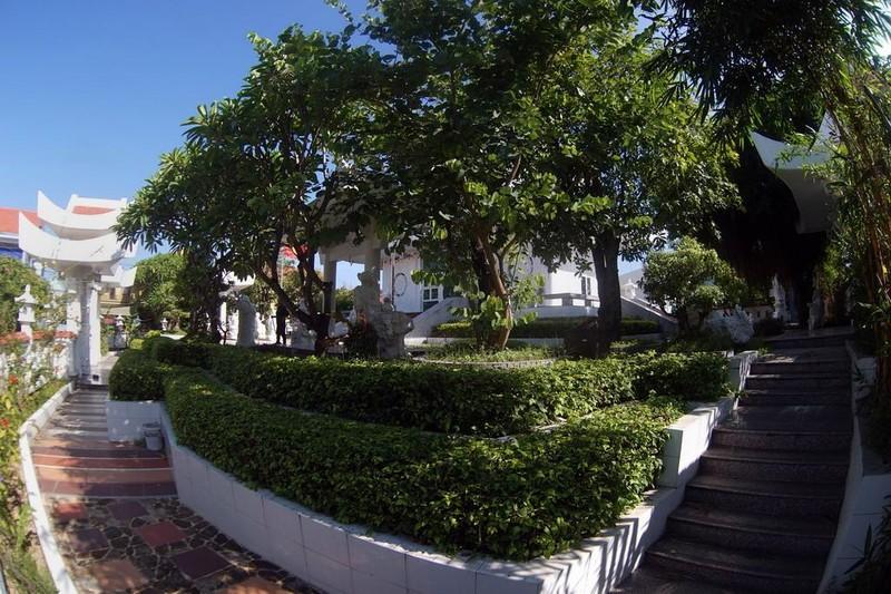 Khuôn viên chùa ngập tràn màu xanh của cây cối.