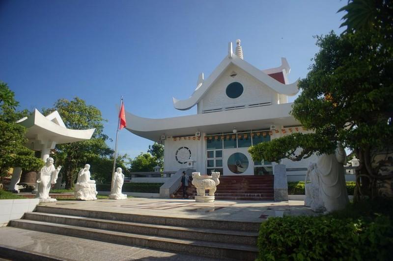 Đến năm 1802, thời vua Gia Long, chùa được xây lại với quy mô lớn trên diện tích khoảng 10.000m2.