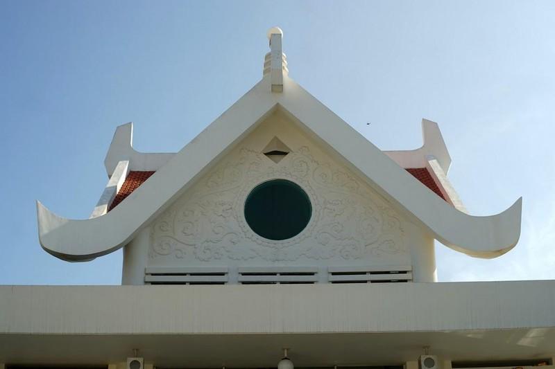 """Tòa chùa chính có hai tầng mái, phần mái trên tạo thành bằng bốn chữ Nhân (人) khép kín, cũng là biểu tượng cho """"Đất, Nước, Lửa, Gió"""" là bốn yếu tố hòa hợp thành mọi sự vật hữu hình. Mỗi mặt có một cửa kính hình tròn, biểu tượng cho tính Không của đạo Phật."""
