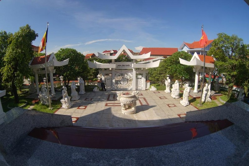 Yếu tố Địa của chùa thể hiện ở ba cấp nền, cũng là biểu tượng cho ba tinh hoa Bi, Trí, Dũng của người quân tử theo quan niệm Nho giáo.