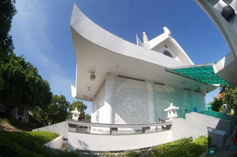 Mái chùa được chống đỡ trên nền chùa bởi tám trụ cột tròn, tượng trưng cho Bát Chính Đạo, một yếu lý của đạo Phật, đồng thời cũng là yếu tố liên kết Thiên, Địa, Nhân.