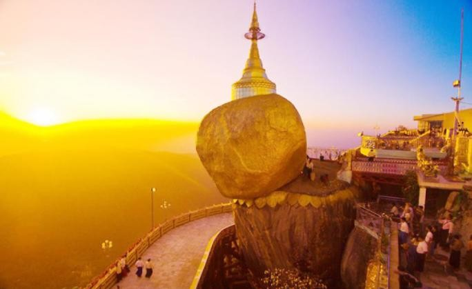 Ngôi chùa gắn liền với một truyền thuyết nổi tiếng ở cửa Phật. Theo truyền thuyết, khi Đức Phật ghé thăm Kyaikhtiyo, Ngài đã cho một nhà tu hành đức hạnh một sợi tóc của mình. Người này tới gặp đức vua Miến Điện, thỉnh cầu ông cất giữ vật báu trong một hòn đá giống hình đầu mình.