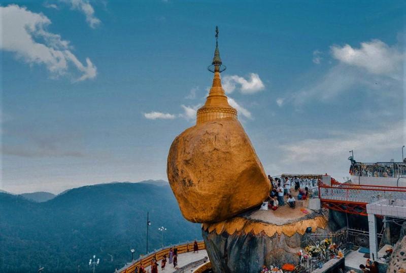 Và những năm tháng sau này, người dân ở đây tin rằng, hòn đá thiêng nằm cheo leo trên bờ một vách đá mà không bị rơi xuống dưới bởi nó được neo giữ chỉ bởi một sợi tóc của Đức Phật.