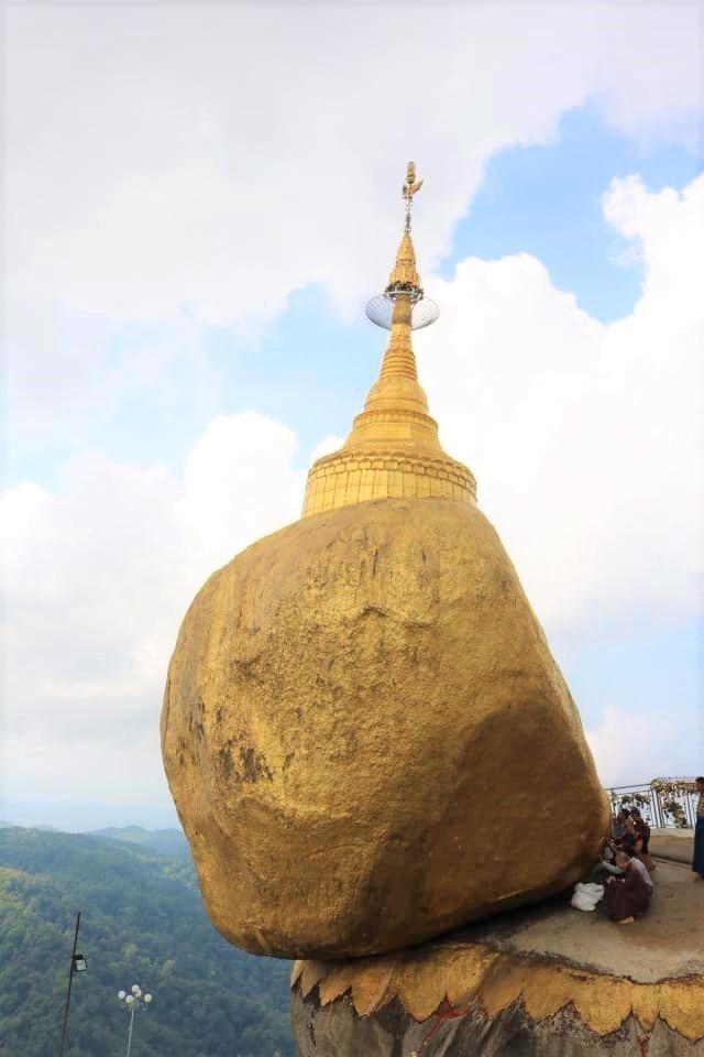 Chùa Hòn Đá Vàng đẹp óng ả, rực vàng trong nắng sớm. Nhưng theo tục lệ Myanmar, chỉ có đàn ông được lại gần chân tảng đá và chùa để có thể dán những miếng vàng dát mỏng lên, áp đầu vào hòn đá và cầu nguyện.