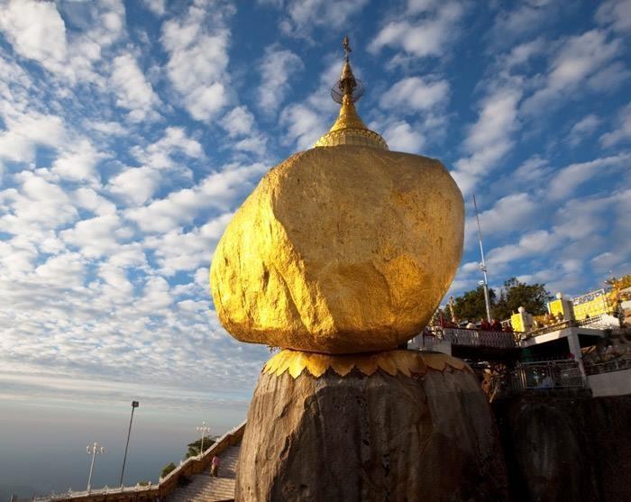 Kiến trúc độc đáo, sự kỳ lạ của tảng đá chênh vênh nơi vách núi đặc biệt là không gian Phật giáo thiêng liêng đã khiến cho ngôi chùa ngày càng trở nên nổi tiếng, thu hút đông du khách từ khắp mọi nơi.