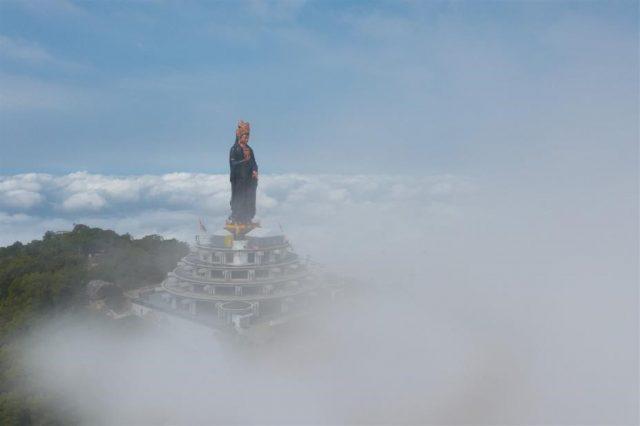 Tây Ninh: Tượng Quán Thế Âm sừng sững giữa mây ngàn ảnh 1