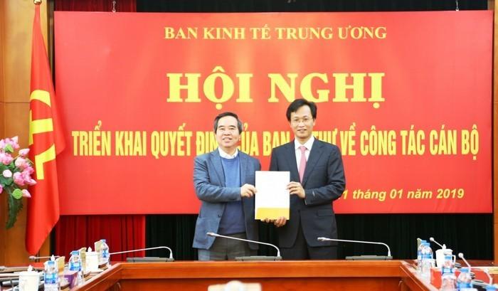 Trưởng Ban Kinh tế Trung ương Nguyễn Văn Bình trao quyết định bổ nhiệm cho ông Nguyễn Hữu Nghĩa