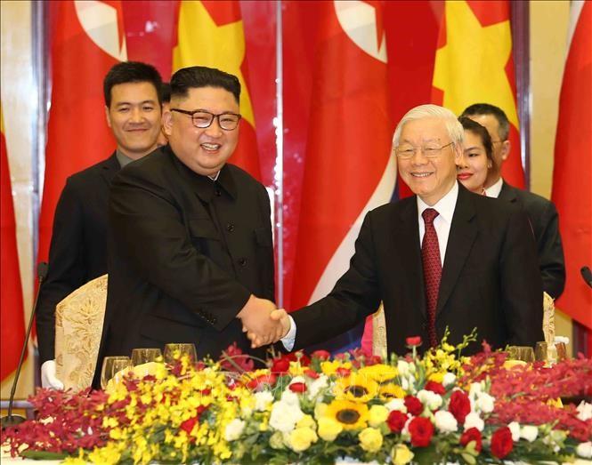 Tổng Bí thư, Chủ tịch nước Nguyễn Phú Trọng chào mừng Chủ tịch Triều Tiên Kim Jong-un. Ảnh: Trí Dũng/TTXVN