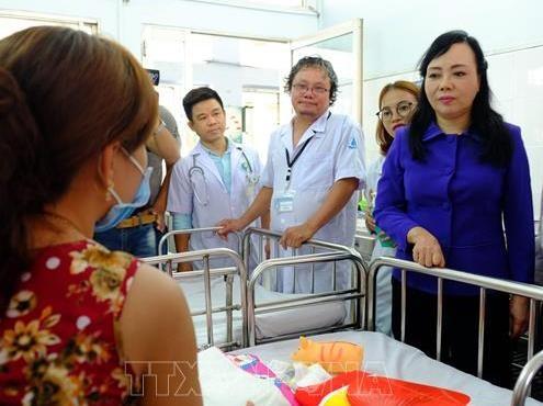 Bộ trưởng Bộ Y tế Nguyễn Thị Kim Tiến hỏi thăm bệnh nhi đang điều trị tại Bệnh viện Nhi đồng 1 Thành phố Hồ Chí Minh. Ảnh TTXVN