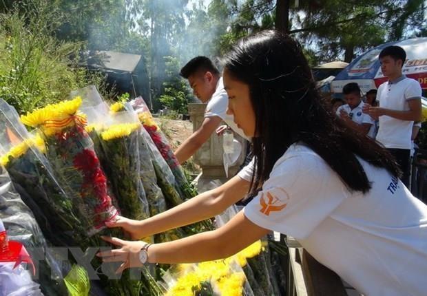 Người dân dâng hương, hoa viếng mộ Đại tướng Võ Nguyên Giáp. (Ảnh: Đức Thọ/TTXVN)