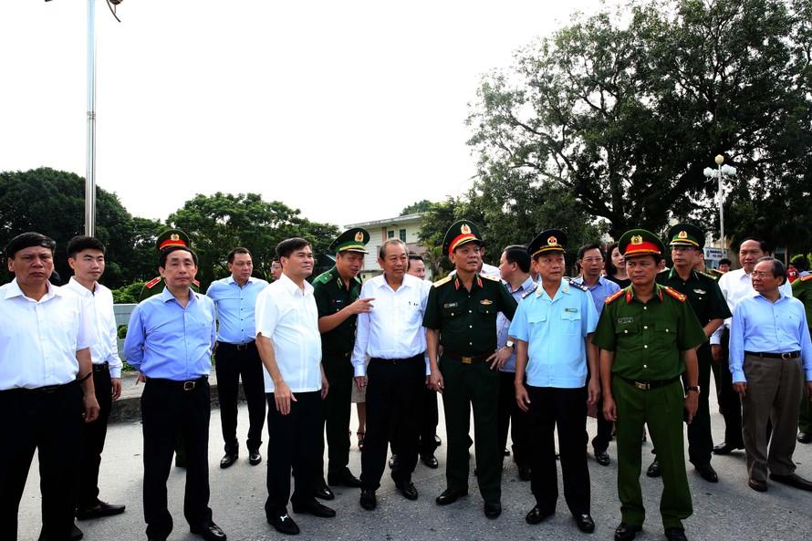 Phó Thủ tướng Thường trực Chính phủ Trương Hòa Bình thị sát công tác phòng chống buôn lậu tại Móng Cái. Ảnh VGP/Lê Sơn