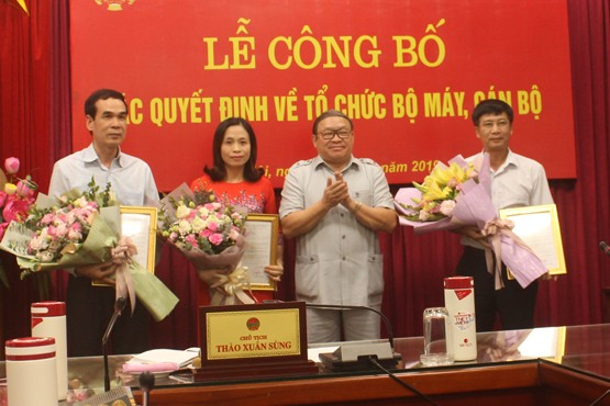 Chủ tịch Hội Nông dân Việt Nam Thào Xuân Sùng trao quyết định bổ nhiệm lãnh đạo Cơ quan Ủy ban Kiểm tra Trung ương Hội Nông dân Việt Nam.
