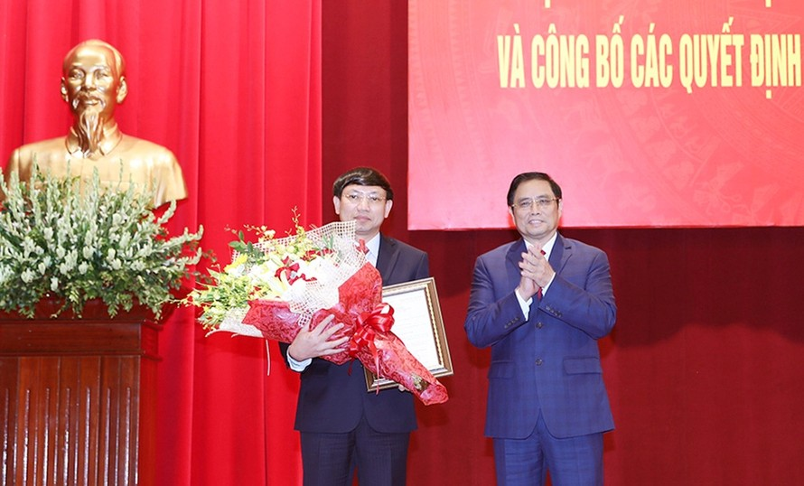 Đồng chí Phạm Minh Chính trao quyết định và chúc mừng đồng chí Nguyễn Xuân Ký.