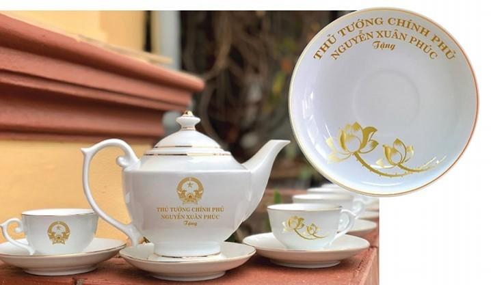 Bộ ấm chén uống trà trên nhãn ghi: Chủ tịch nước, Thủ tướng chính phủ tặng.