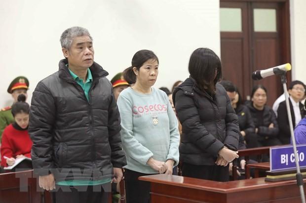 (Từ trái qua phải) các bị cáo gồm: tài xế Doãn Quý Phiến, nhân viên giám sát trên xe Nguyễn Bích Quy và Nguyễn Thị Bích Thủy (giáo viên chủ nhiệm lớp 1 Tokyo, Trường Gateway). (Ảnh: Doãn Tấn/TTXVN)