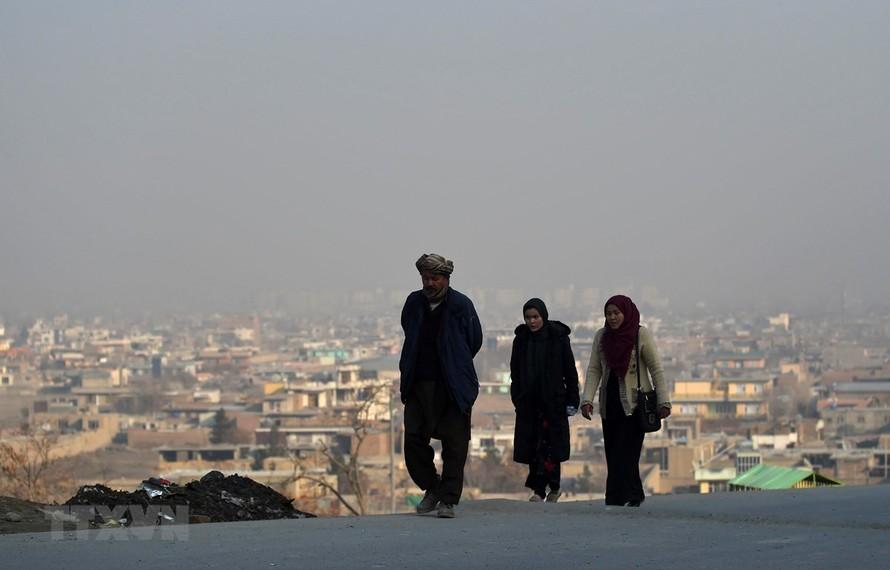 Người dân di chuyển trên đường phố tại Kabul, Afghanistan, khi lệnh ngừng bắn một phần có hiệu lực ngày 22/2/2020. (Ảnh: AFP/ TTXVN)