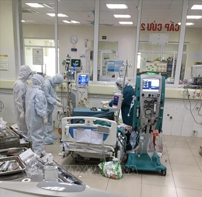 Bác sĩ thực hiện lọc máu liên tục (CVVH) cho bệnh nhân COVID-19 nặng tại Bệnh viện Bệnh nhiệt đới TƯ cơ sở 2. Ảnh minh họa: TTXVN phát