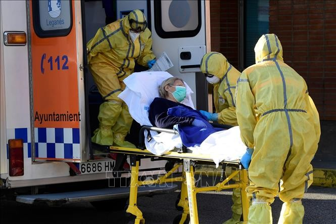 Lực lượng phòng vệ dân sự Tây Ban Nha chuyển một bệnh nhân COVID-19 tới bệnh viện Severo Ochoa ở Leganes, ngày 26/3/2020. Ảnh: AFP/TTXVN