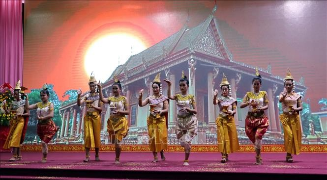 Múa chào mừng Tết Chôl Chhnăm Thmây của đồng bào Khmer tại Sóc Trăng. Ảnh tư liệu: Trung Hiếu/TTXVN