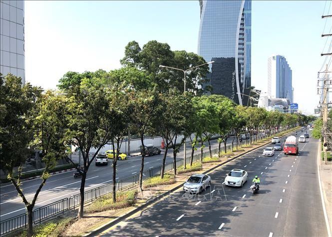 Tuyến đường Ratchadaphisek thường tắc nghẽn giao thông tại trung tâm thủ đô Bangkok của Thái Lan trở nên thông thoáng vào giờ cao điểm ngày cuối tuần do người dân hạn chế ra đường theo Sắc lệnh về tình trạng khẩn cấp. Ảnh minh họa: Ngọc Quang/PV TTXVN tại