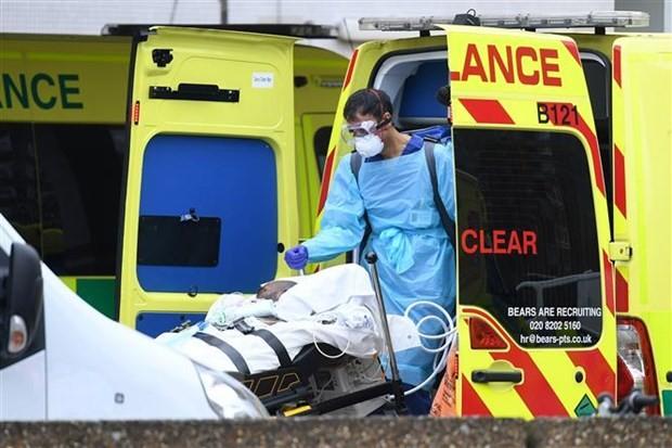 Nhân viên y tế chuyển bệnh nhân nhiễm COVID-19 tới bệnh viện St Thomas ở Bắc London, Anh ngày 13/4/2020. (Ảnh: THX/TTXVN)