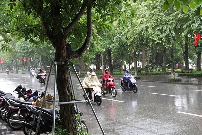 Dù sáng sớm Hà Nội có mưa to, nhưng người dân vẫn đổ ra đường khá đông.