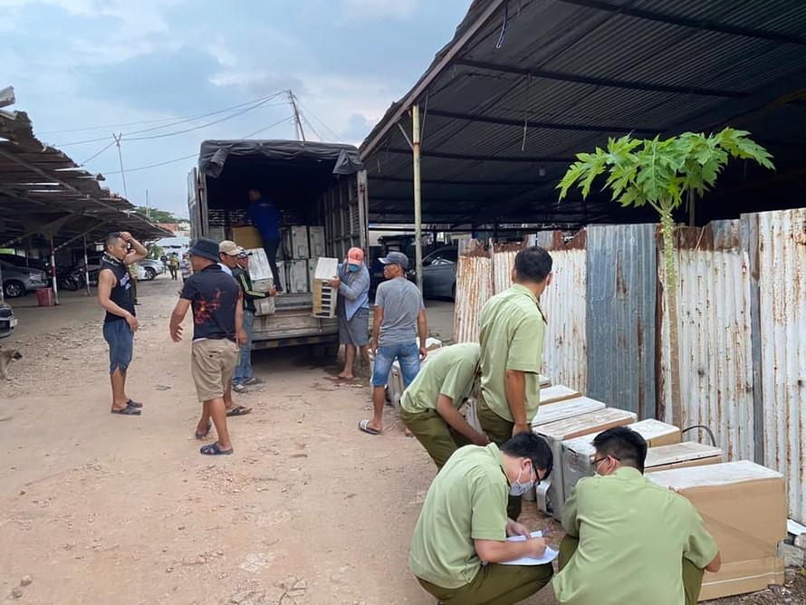 Lực lượng chức năng kiểm tra kho hàng trên đường Kênh 19/5, quận Tân Phú, TP. Hồ Chí Minh.