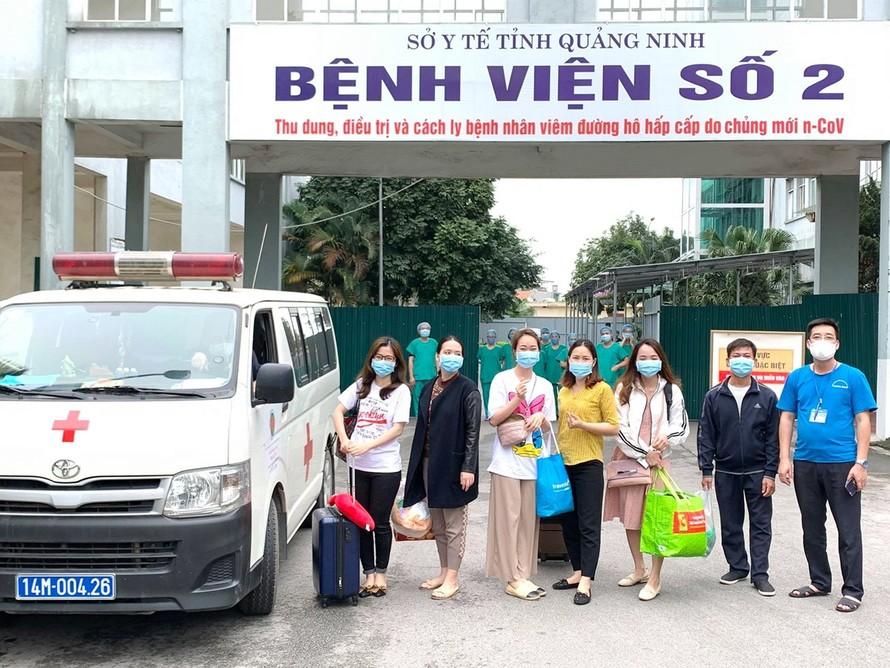 Các công dân hoàn thành cách ly tại Bệnh viện số 2 được xe của đơn vị đưa về tận gia đình. Ảnh: Thế Thiêm (CTV).
