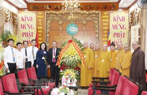 Phó Thủ tướng Thường trực Chính phủ Trương Hoà Bình tặng hoa chúc mừng Trung ương Giáo hội Phật giáo Việt Nam nhân Đại lễ Phật đản 2020-Phật lịch 2564. (Ảnh: Phương Hoa/TTXVN)