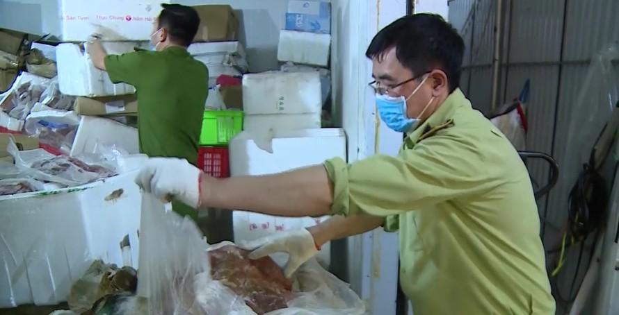 Nóng: Bắt giữ hơn 6 tấn thực phẩm đông lạnh nhập lậu tại Hà Nội