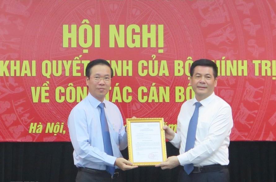 Đồng chí Võ Văn Thưởng trao quyết định cho đồng chí Nguyễn Hồng Diên.