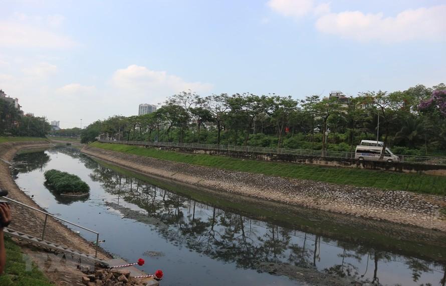 Một khúc sông Tô Lịch trong ngày khởi công. (Ảnh Mạnh Khánh/TTXVN)