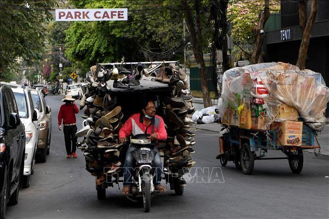 Người bán hàng rong trên một đường phố ở Phnom Penh, Campuchia, ngày 24/3/2020. Ảnh: AFP/TTXVN