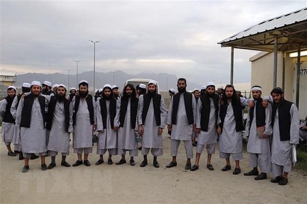 Các tù nhân Taliban được trả tự do chuẩn bị rời khỏi nhà tù Bagram, nằm cách thủ đô Kabul, Afghanistan khoảng 50km về phía Bắc, ngày 25/5/2020. (Ảnh: AFP/TTXVN)