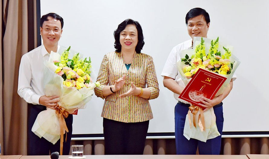Phó Bí thư Thường trực Thành ủy Hà Nội trao quyết định và chúc mừng đồng chí Nguyễn Chí Lực, Trần Đình Cảnh.