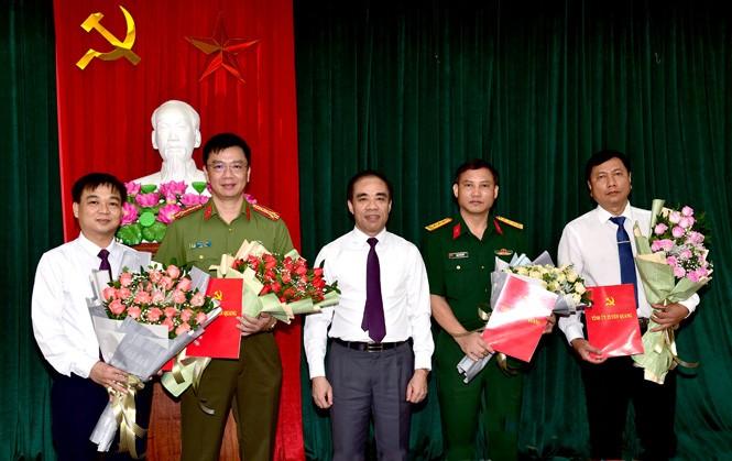 Bí thư Tỉnh ủy Tuyên Quang Chẩu Văn Lâm trao quyết định và chúc mừng các tân Ủy viên Ban Thường vụ Tỉnh ủy.