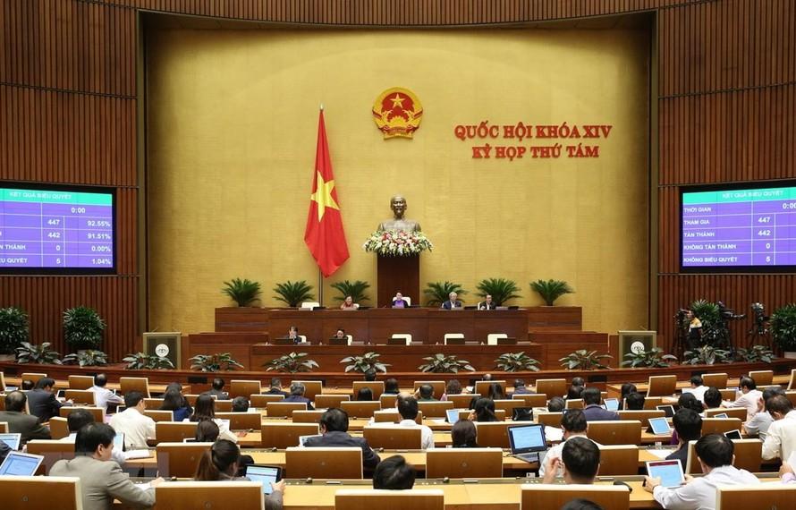 Các đại biểu Quốc hội biểu quyết thông qua Luật Xuất cảnh, nhập cảnh của công dân Việt Nam. (Ảnh: Dương Giang/TTXVN)