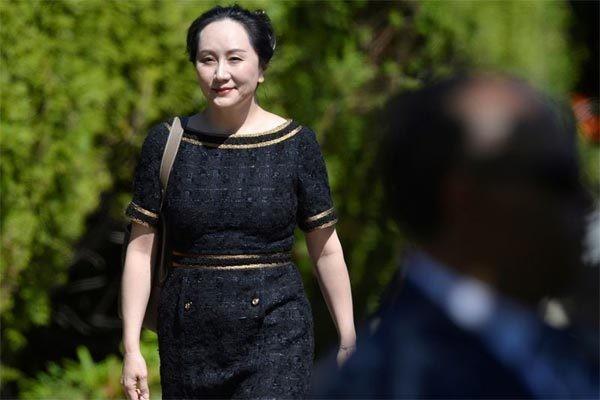 'Công chúa' Huawei Mạnh Vãn Chu rời nhà ở Vancouver để dự phiên tòa về lệnh dẫn độ bà sang Mỹ. Ảnh: Reuters