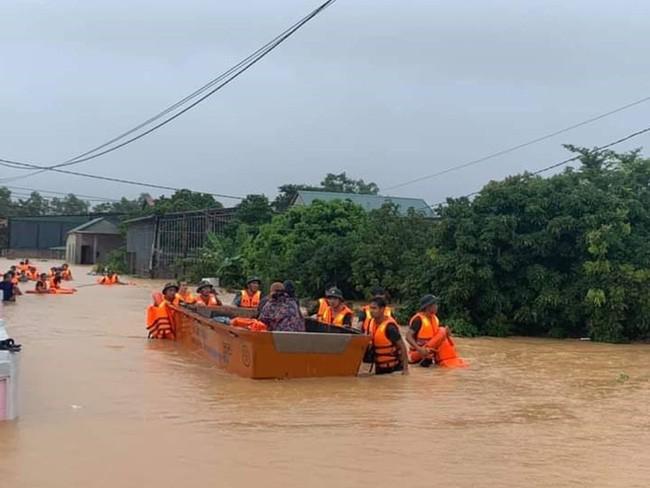 Lực lượng chức năng ứng cứu, sơ tán người dân vùng ngập lụt ở Quảng Trị đến nơi an toàn. Ảnh CAND.